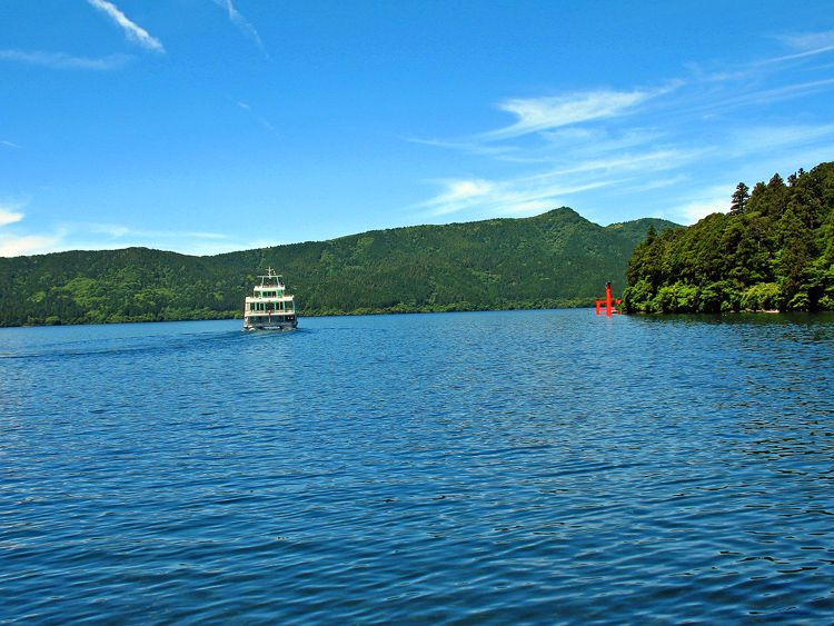 元箱根からの芦ノ湖、前方の山は箱根外輪山