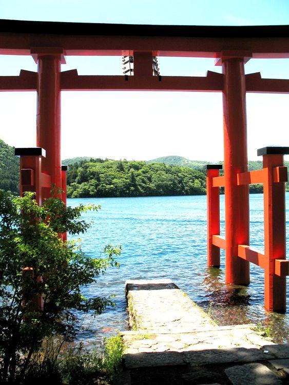 芦ノ湖岸の箱根神社「平和の鳥居」