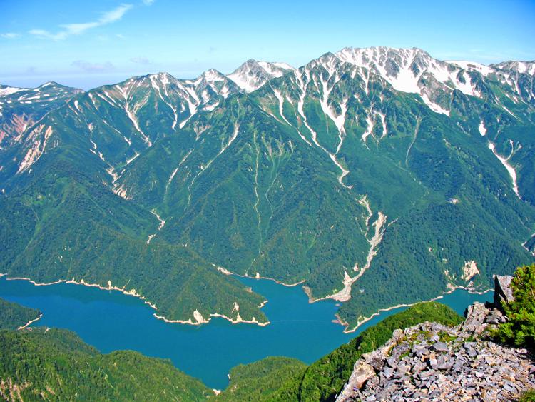 北アルプス・針ノ木岳からの黒部湖と立山
