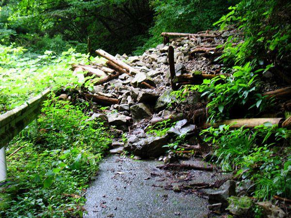 林道終点直前の土砂崩れ