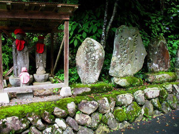 上養沢のお地蔵さんや二十三夜塔(中央)