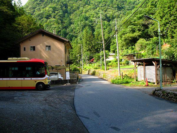 上養沢バス停を見る(前方が武蔵五日市方向)