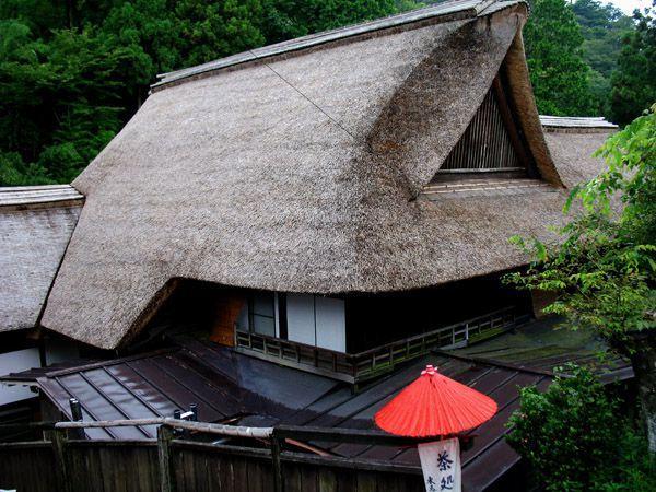 宿坊 東馬場の茅葺屋根