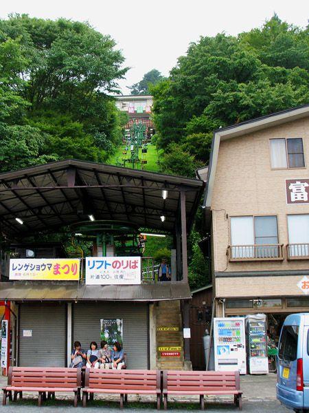 御岳山ケーブル駅脇のリフト乗場、上方に大展望台駅が見える