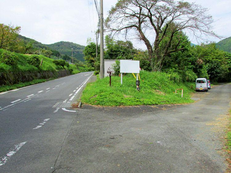 標識「県民の森」。三廻部地区の分岐(左は県民の森への車道。右は農道で行き止まり道)