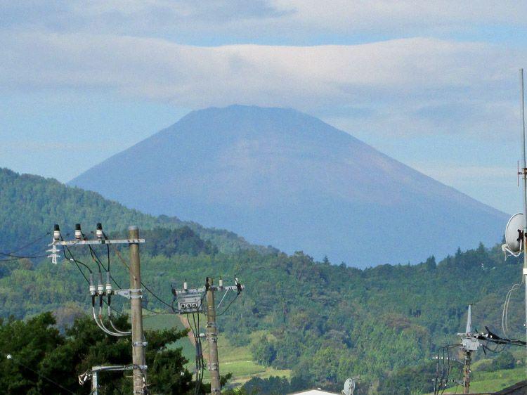 渋沢駅北口のペデストリアンデッキから見た富士山