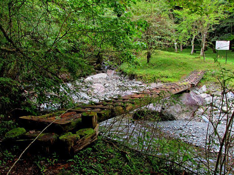 県民の森から四十八瀬川に下り、木橋を渡り黒竜ノ滝へ向かう