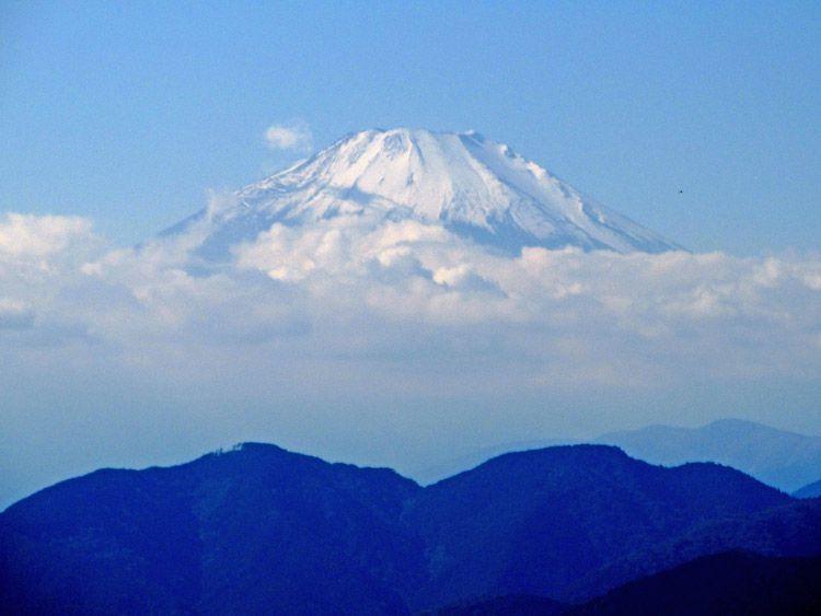 高取山から北(大山方面)へ下った展望地からの富士山をズーム(手前左、高松山。右、西ヶ尾)