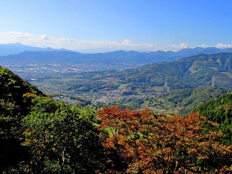 高取山から北(大山方面)へ下った展望地からの富士山(中央)、左奥は箱根金時山